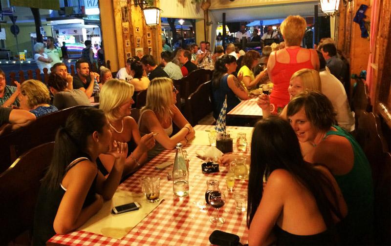 festa alla terrazza bavarese jesolo tavolata ragazze