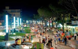 La sera per le vie del centro di Jesolo Lido